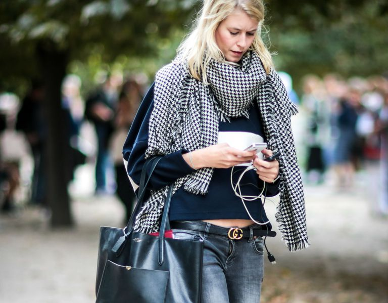 Улица style woman in grey jeans and scarf