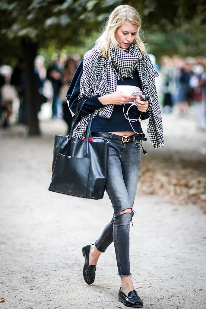 Улица style grey jeans and big scarf
