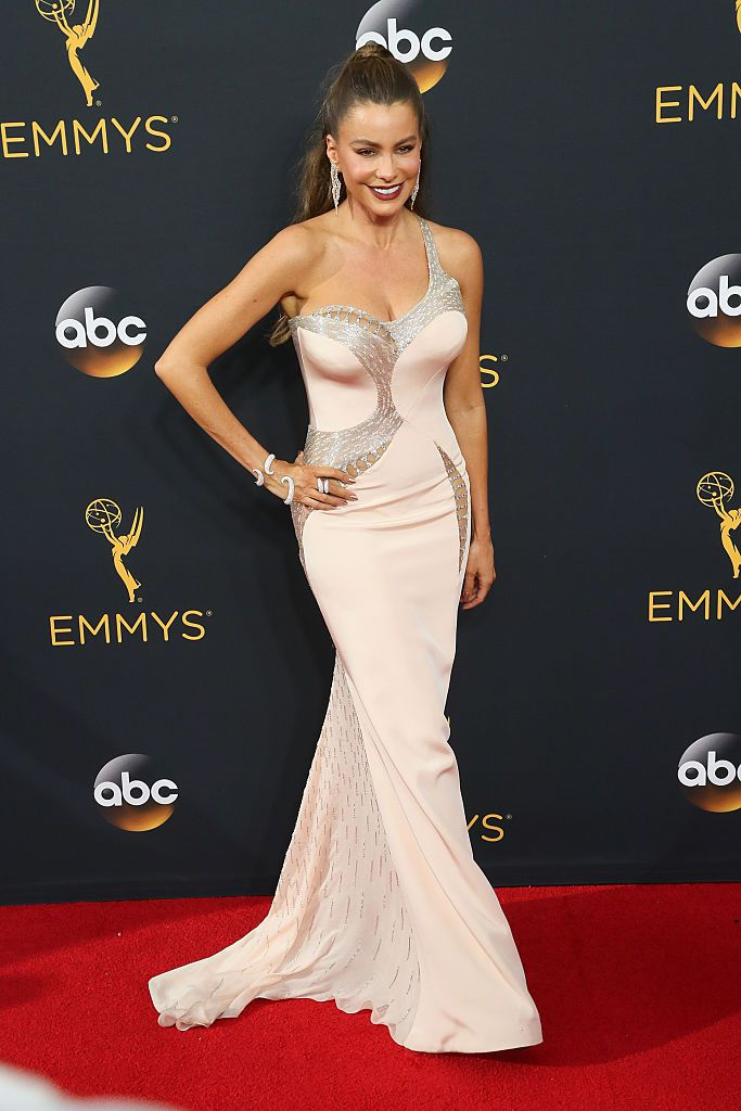 Глумица Sofa Vergara arrives at the 68th Annual Primetime Emmy Awards at the Microsoft Theater on September 18, 2016 in Los Angeles, California.