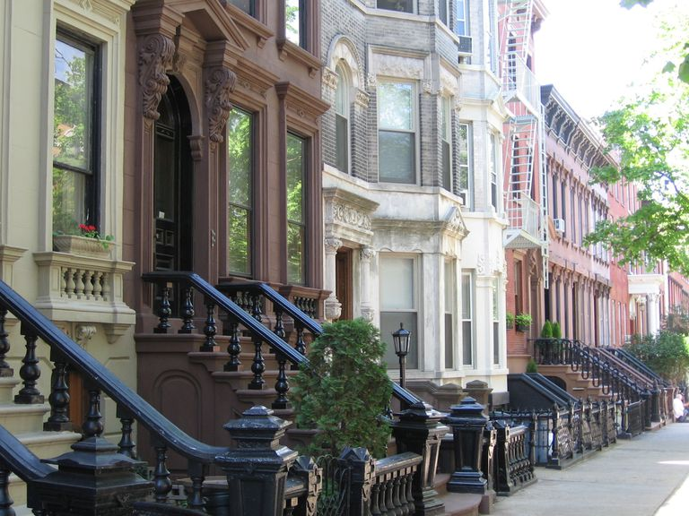 Orijentir 19th-century rowhouses, including brownstones in the Greenpoint Historic District, Brooklyn.