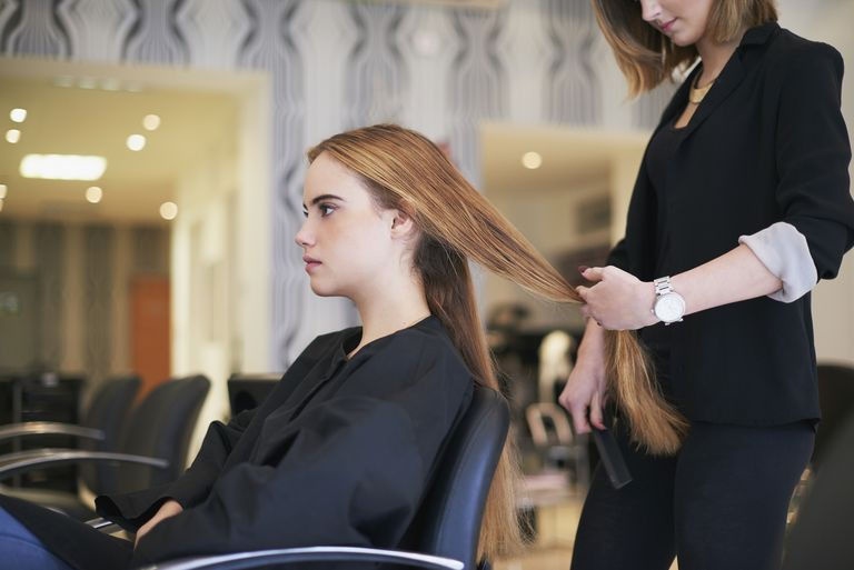 Коса stylist cutting clients hair