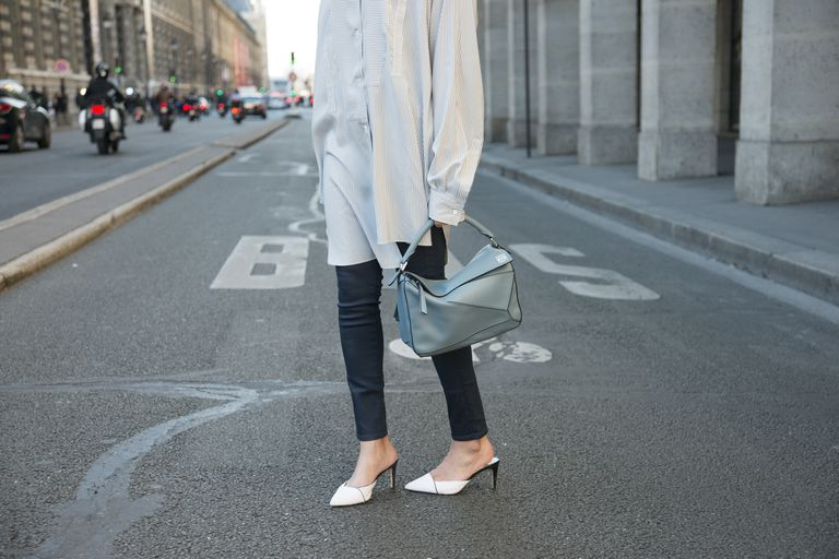 אִשָׁה wearing J Brand jeans and Sam Edelman shoes on city street